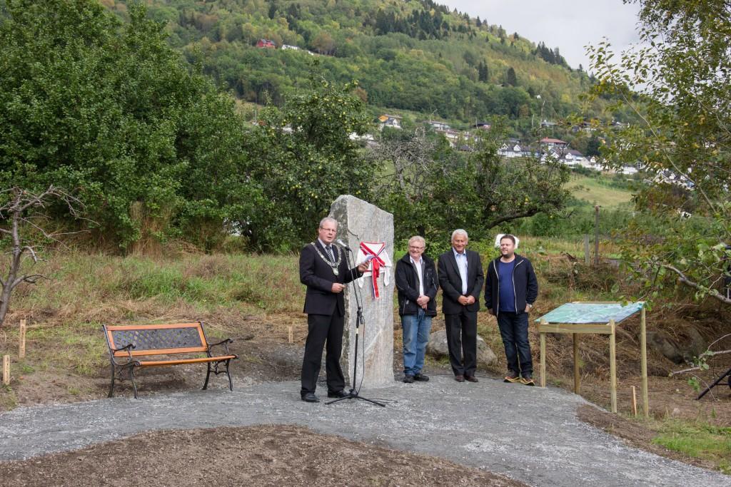Olav Lunden stod for den offisielle avdukinga og opninga av Hårfagreparken