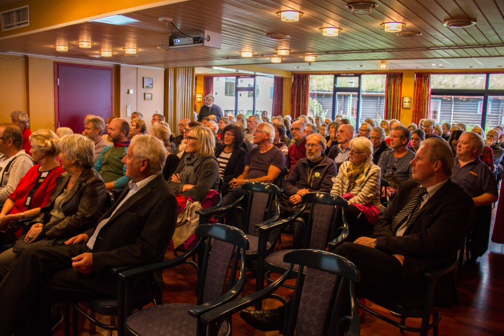 OVer 100 personar vert med vidare til lokalhistoriske foredrag på hotellet