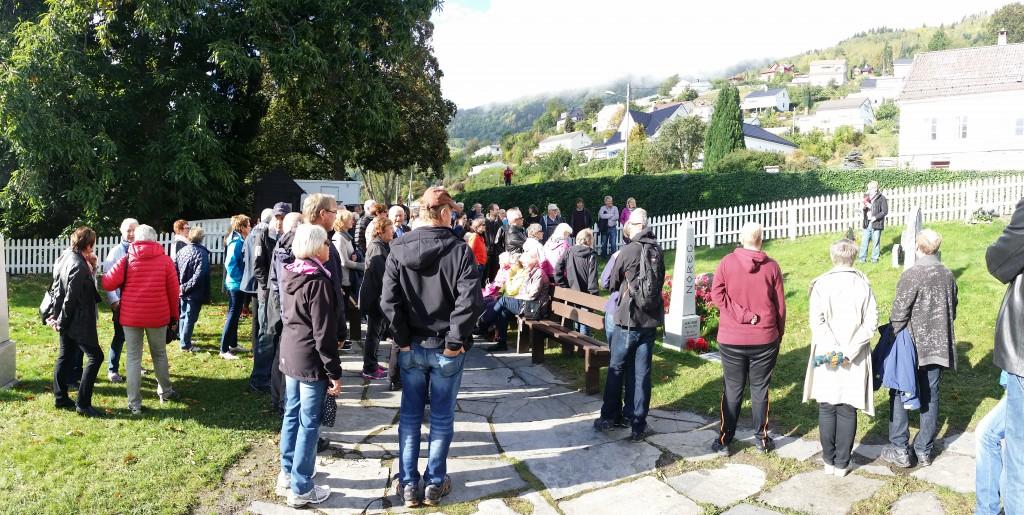 Bygdevandringa starta ved Leikanger kyrkje