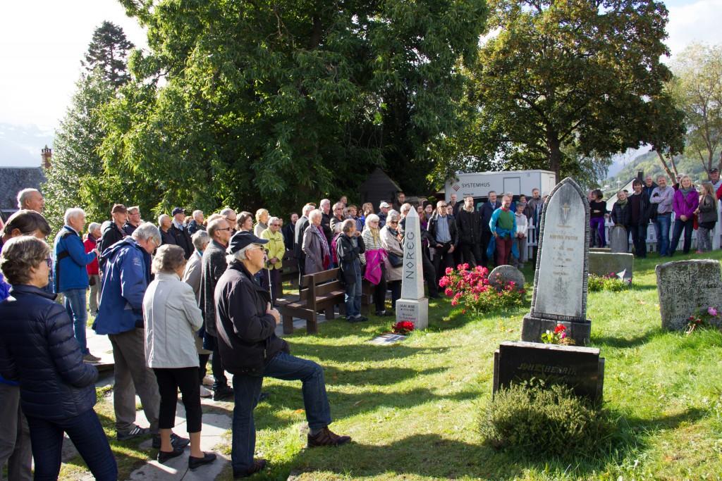 Bygdevandringa søndag 4. oktober starta ved Leikanger kyrkje