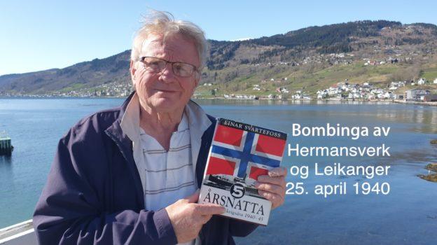 Bilete av Knut Henning Grepstad som held opp ei bok av Einar Svartefoss med tittelen 5-årsnatta. Bilettekst er Bombinga av Hermansverk og Leikanger 25. aptil 1940.